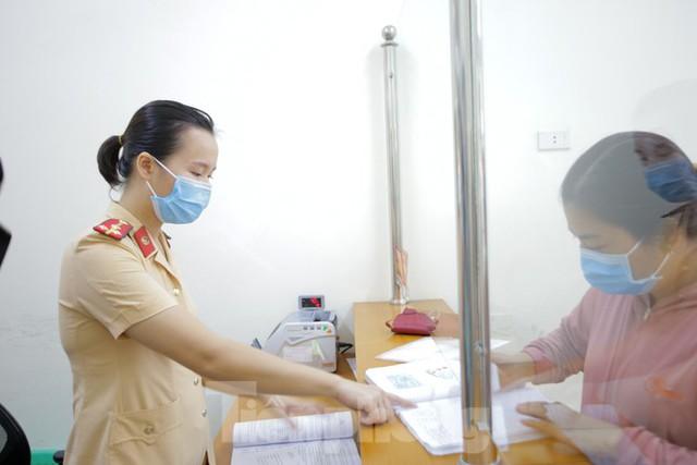 Cận cảnh thủ tục xe biển vàng được cấp đổi trong tuần đầu tiên triển khai ở Hà Nội - Ảnh 6.