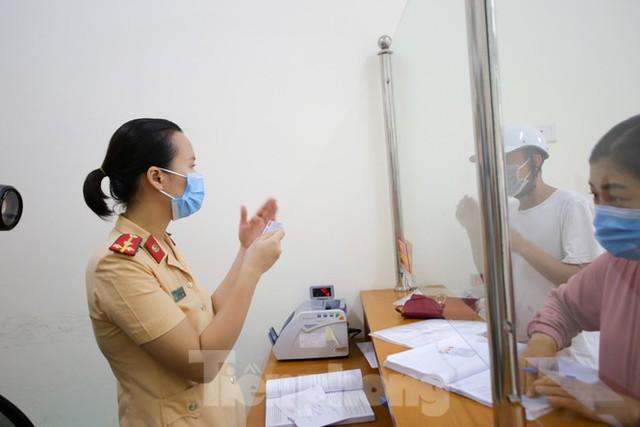 Cận cảnh thủ tục xe biển vàng được cấp đổi trong tuần đầu tiên triển khai ở Hà Nội - Ảnh 7.