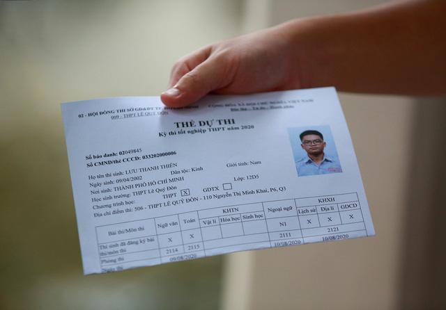 [Ảnh] Sĩ tử TP HCM làm thủ tục thi tốt nghiệp THPT: Đeo khẩu trang, đo thân nhiệt, ngồi giãn cách - Ảnh 7.