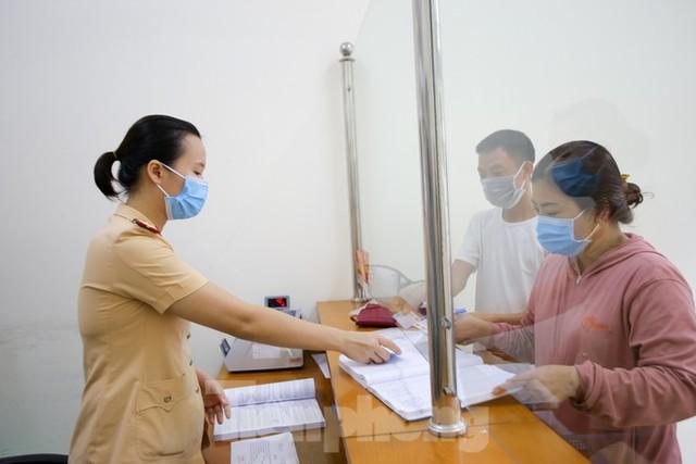 Cận cảnh thủ tục xe biển vàng được cấp đổi trong tuần đầu tiên triển khai ở Hà Nội - Ảnh 8.