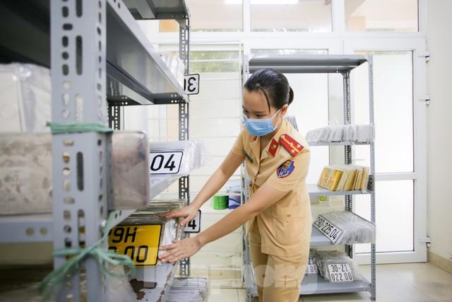 Cận cảnh thủ tục xe biển vàng được cấp đổi trong tuần đầu tiên triển khai ở Hà Nội - Ảnh 9.