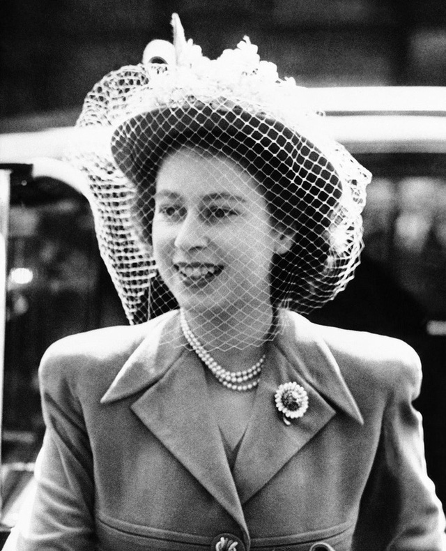 Một loạt ảnh hiếm thời trẻ của Nữ hoàng Anh cho thấy bà đích thực là tuyệt sắc giai nhân với khí chất khó ai sánh bằng - Ảnh 10.