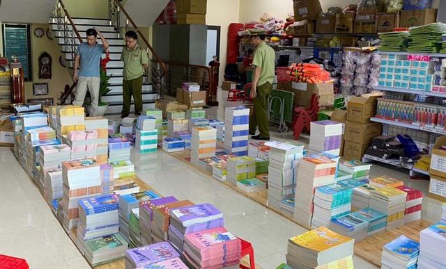 Tạm giữ gần 4.000 quyển sách giáo khoa có dấu hiệu giả mạo nhà xuất bản Giáo dục Việt Nam - Ảnh 1.
