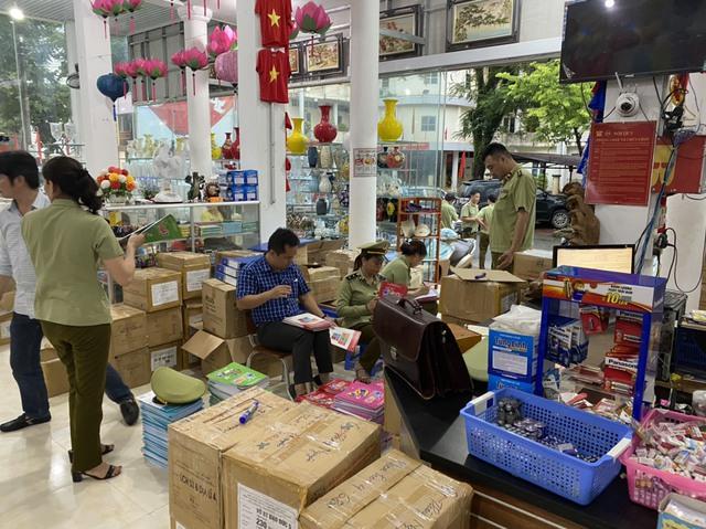 Tạm giữ gần 4.000 quyển sách giáo khoa có dấu hiệu giả mạo nhà xuất bản Giáo dục Việt Nam - Ảnh 3.