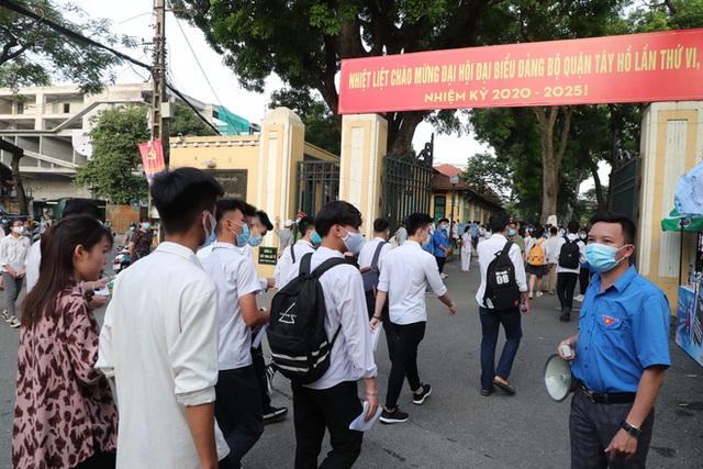 Tâm trạng trái chiều của những phụ huynh đưa con đi thi tốt nghiệp THPT sáng nay tại Hà Nội - Ảnh 1.