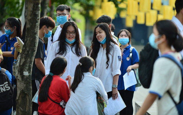Chùm ảnh: Những khoảnh khắc đầy tiếng cười của học sinh và phụ huynh Hà Nội sau khi kết thúc môn thi đầu tiên - Ảnh 1.