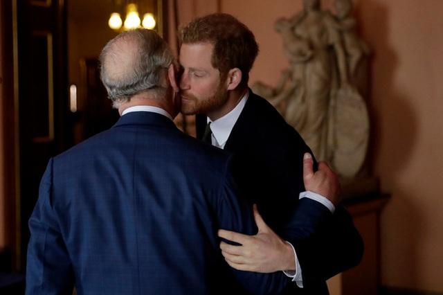 Lý do đặc biệt giúp vợ chồng Meghan Markle dù ngang ngược với Nữ hoàng Anh nhưng sẽ luôn có cơ hội quay trở lại hoàng gia - Ảnh 2.