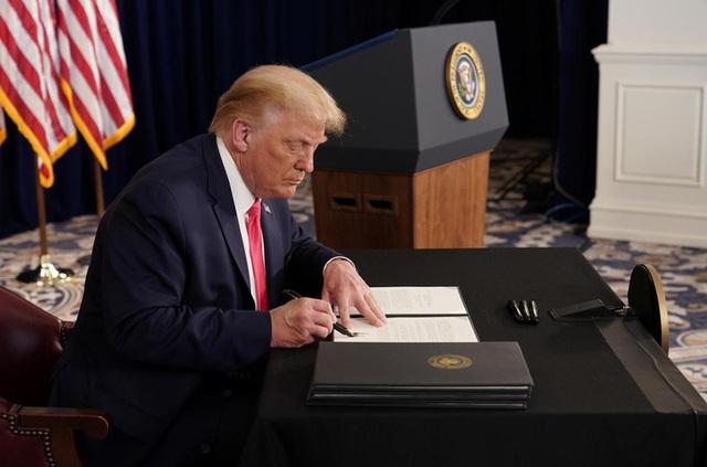 Thách thức quốc hội, Tổng thống Trump ký sắc lệnh cứu trợ Covid-19 mới  - Ảnh 1.