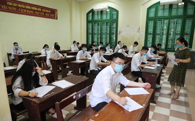 Tâm trạng trái chiều của những phụ huynh đưa con đi thi tốt nghiệp THPT sáng nay tại Hà Nội - Ảnh 11.
