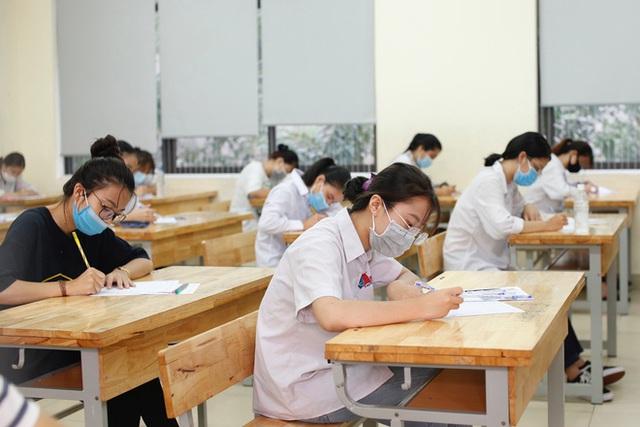 Tâm trạng trái chiều của những phụ huynh đưa con đi thi tốt nghiệp THPT sáng nay tại Hà Nội - Ảnh 12.