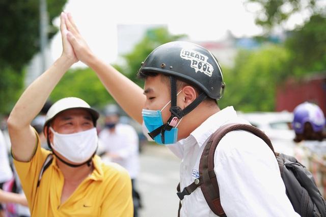 Chùm ảnh: Những khoảnh khắc đầy tiếng cười của học sinh và phụ huynh Hà Nội sau khi kết thúc môn thi đầu tiên - Ảnh 13.