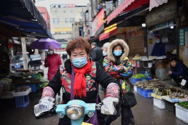 WHO khuyến cáo: Đi chợ, rửa rau, giặt đồ trong mùa COVID-19, cần thực hiện đúng để bảo vệ gia đình khỏi sự lây lan của virus - Ảnh 3.