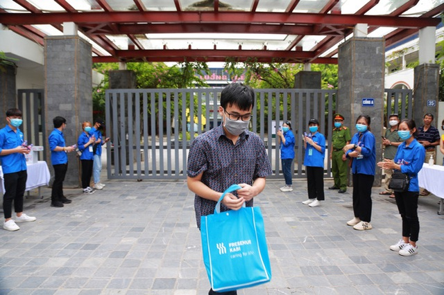 Chùm ảnh: Những khoảnh khắc đầy tiếng cười của học sinh và phụ huynh Hà Nội sau khi kết thúc môn thi đầu tiên - Ảnh 3.