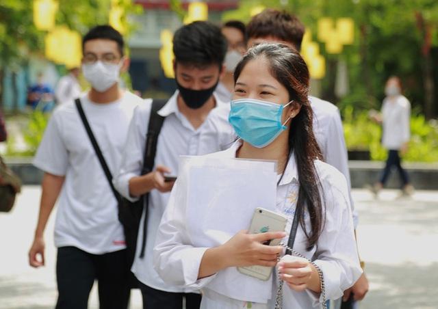 Chùm ảnh: Những khoảnh khắc đầy tiếng cười của học sinh và phụ huynh Hà Nội sau khi kết thúc môn thi đầu tiên - Ảnh 4.