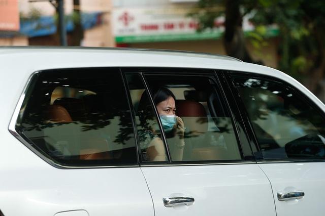 Tâm trạng trái chiều của những phụ huynh đưa con đi thi tốt nghiệp THPT sáng nay tại Hà Nội - Ảnh 5.