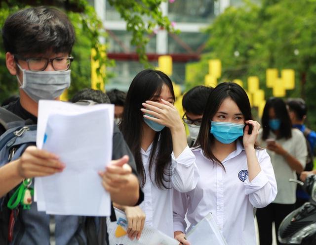 Chùm ảnh: Những khoảnh khắc đầy tiếng cười của học sinh và phụ huynh Hà Nội sau khi kết thúc môn thi đầu tiên - Ảnh 5.