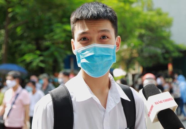 Chùm ảnh: Những khoảnh khắc đầy tiếng cười của học sinh và phụ huynh Hà Nội sau khi kết thúc môn thi đầu tiên - Ảnh 6.
