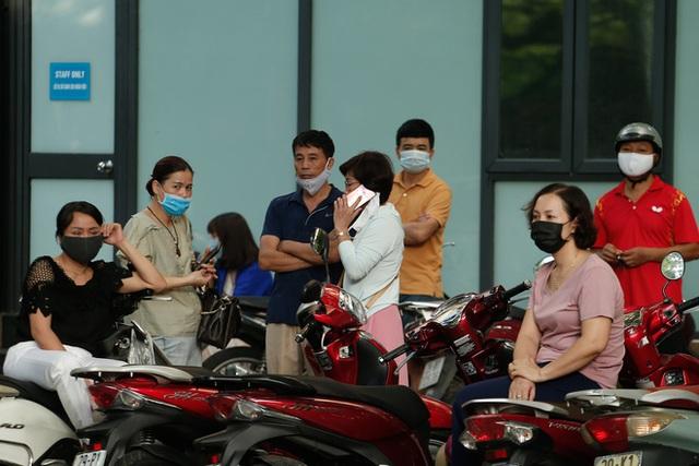 Tâm trạng trái chiều của những phụ huynh đưa con đi thi tốt nghiệp THPT sáng nay tại Hà Nội - Ảnh 7.