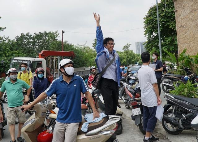 Chùm ảnh: Những khoảnh khắc đầy tiếng cười của học sinh và phụ huynh Hà Nội sau khi kết thúc môn thi đầu tiên - Ảnh 7.