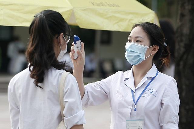 Tâm trạng trái chiều của những phụ huynh đưa con đi thi tốt nghiệp THPT sáng nay tại Hà Nội - Ảnh 8.