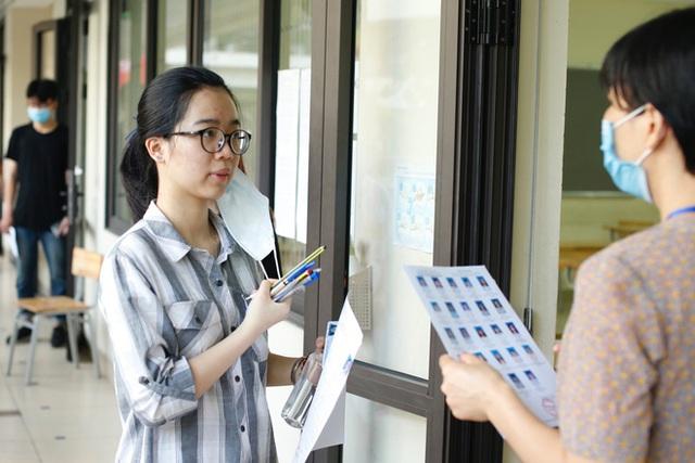 Tâm trạng trái chiều của những phụ huynh đưa con đi thi tốt nghiệp THPT sáng nay tại Hà Nội - Ảnh 9.