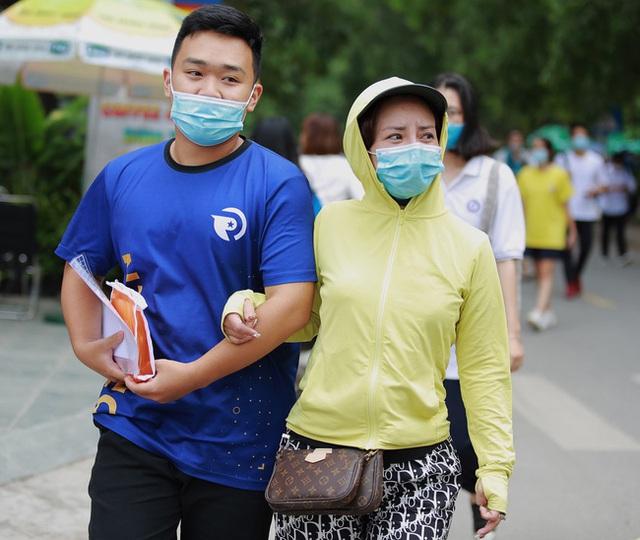 Chùm ảnh: Những khoảnh khắc đầy tiếng cười của học sinh và phụ huynh Hà Nội sau khi kết thúc môn thi đầu tiên - Ảnh 9.