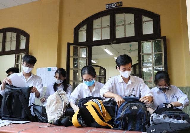 Tâm trạng trái chiều của những phụ huynh đưa con đi thi tốt nghiệp THPT sáng nay tại Hà Nội - Ảnh 10.