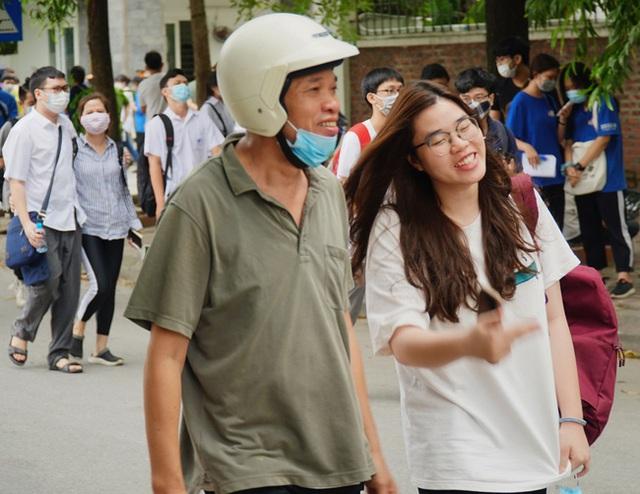 Chùm ảnh: Những khoảnh khắc đầy tiếng cười của học sinh và phụ huynh Hà Nội sau khi kết thúc môn thi đầu tiên - Ảnh 10.