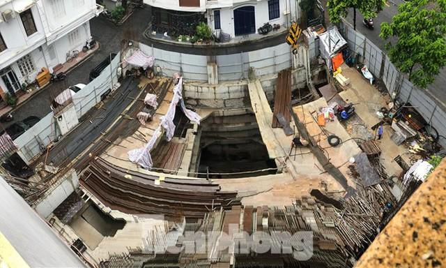 Nhà riêng lẻ 4 tầng hầm ở Hà Nội: Viện dẫn một đằng, cấp phép một nẻo? - Ảnh 1.