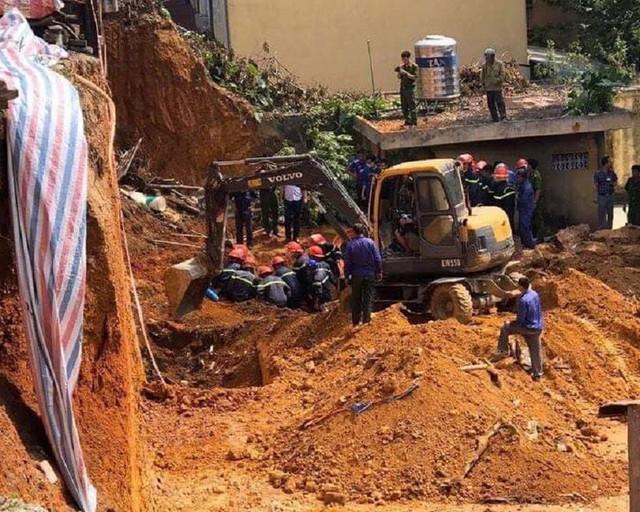 Sập công trình ở Việt Trì 4 người bị vùi lấp - Ảnh 1.