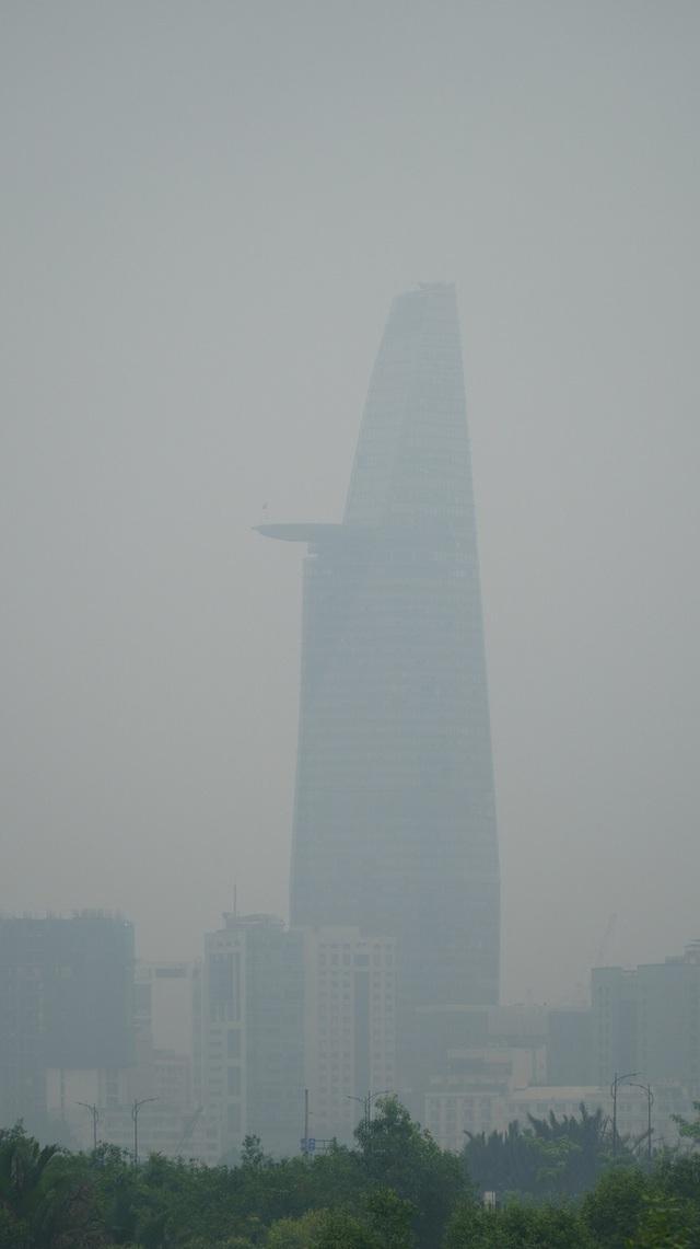 Sáng nay, sương mù bao phủ bầu trời TP HCM - Ảnh 5.