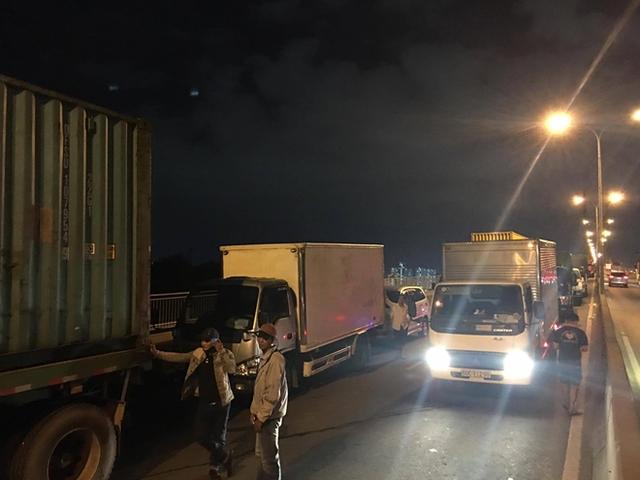 Ùn ứ hàng km sau vụ 6 ô tô va chạm ở dốc cầu Phú Mỹ - Ảnh 2.