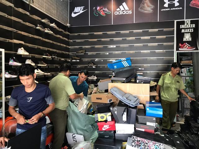 Phát hiện 480 đôi giày có dấu hiệu giả mạo nhãn hiệu Adidas, Nike - Ảnh 1.