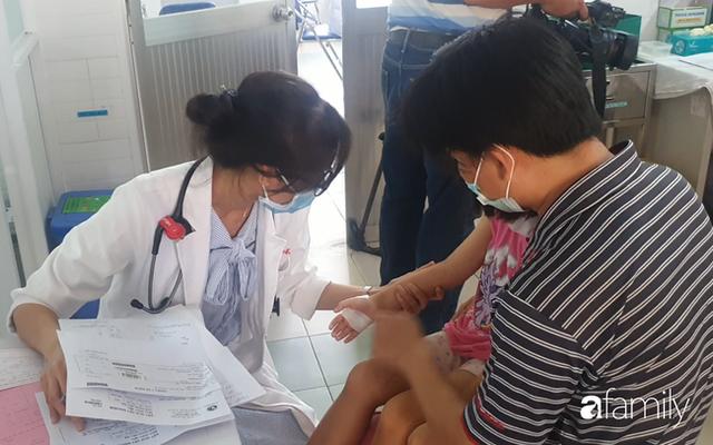 Hàng chục trẻ nghi ngộ độc sau bữa ăn ở trường tiểu học: Số người nhập viện tăng lên thành 45, trong đó có 2 giáo viên - Ảnh 2.