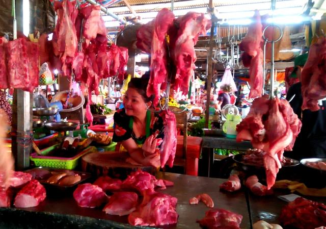 Giá lợn sụt giảm, hộ nuôi và người tiêu dùng thiệt thòi nhưng thương lái vẫn hưởng lợi - Ảnh 3.