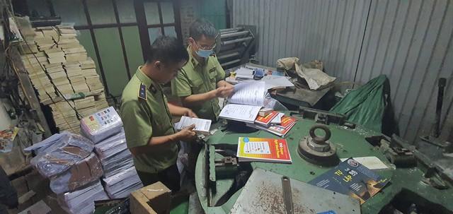 Thu giữ hàng tấn sách giả Nhà xuất bản Giáo dục Việt Nam - Ảnh 1.