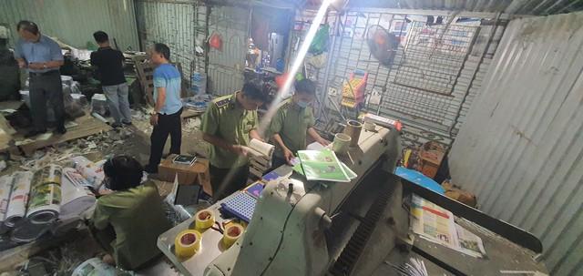 Thu giữ hàng tấn sách giả Nhà xuất bản Giáo dục Việt Nam - Ảnh 2.