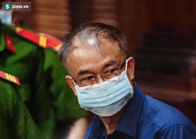 [Ảnh] Xét xử ông Nguyễn Thành Tài: Bị cáo đi cửa sau vào phòng xử, điều xe cứu hoả, cứu thương tới toà - Ảnh 1.