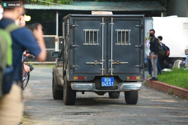 [Ảnh] Xét xử ông Nguyễn Thành Tài: Bị cáo đi cửa sau vào phòng xử, điều xe cứu hoả, cứu thương tới toà - Ảnh 2.