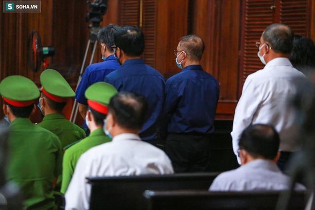 [Ảnh] Xét xử ông Nguyễn Thành Tài: Bị cáo đi cửa sau vào phòng xử, điều xe cứu hoả, cứu thương tới toà - Ảnh 12.