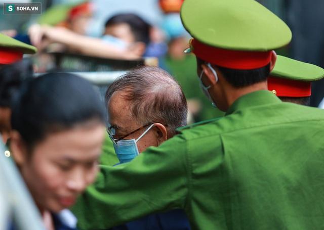 [Ảnh] Xét xử ông Nguyễn Thành Tài: Bị cáo đi cửa sau vào phòng xử, điều xe cứu hoả, cứu thương tới toà - Ảnh 3.