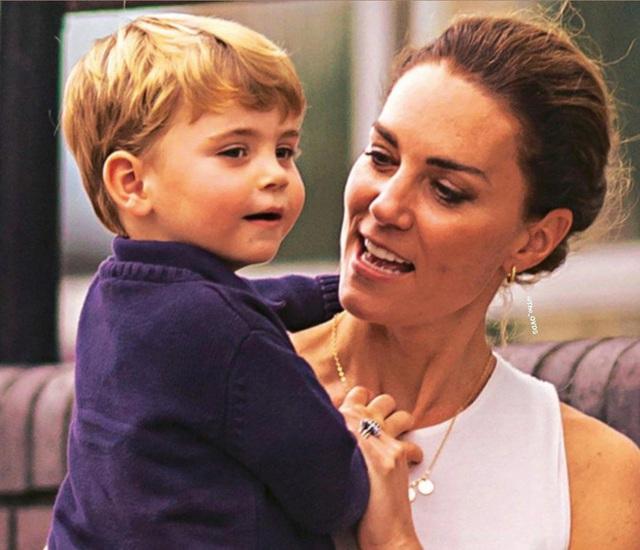 Công nương Kate gây sốt MXH bằng khoảnh khắc rời xe hơi, bế con trai út đi bộ giữa dòng người đông đúc lúc gặp cảnh tắc đường - Ảnh 5.
