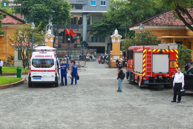 [Ảnh] Xét xử ông Nguyễn Thành Tài: Bị cáo đi cửa sau vào phòng xử, điều xe cứu hoả, cứu thương tới toà - Ảnh 7.