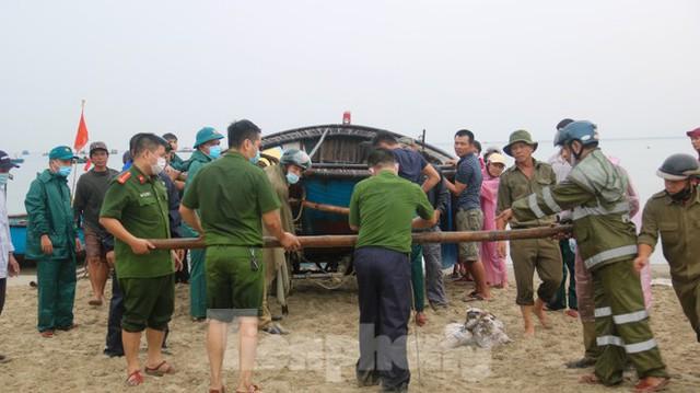 Người dân Đà Nẵng hối hả neo đậu, di dời tàu thuyền chống bão số 5 - Ảnh 1.