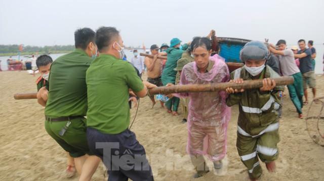 Người dân Đà Nẵng hối hả neo đậu, di dời tàu thuyền chống bão số 5 - Ảnh 2.