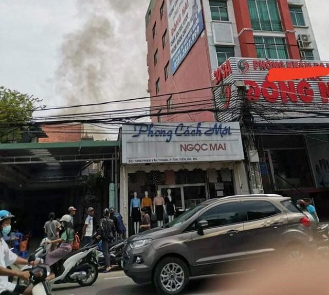 Cháy dữ dội ở Biên Hoà, khói bốc cao bao phủ một vùng trời  - Ảnh 2.