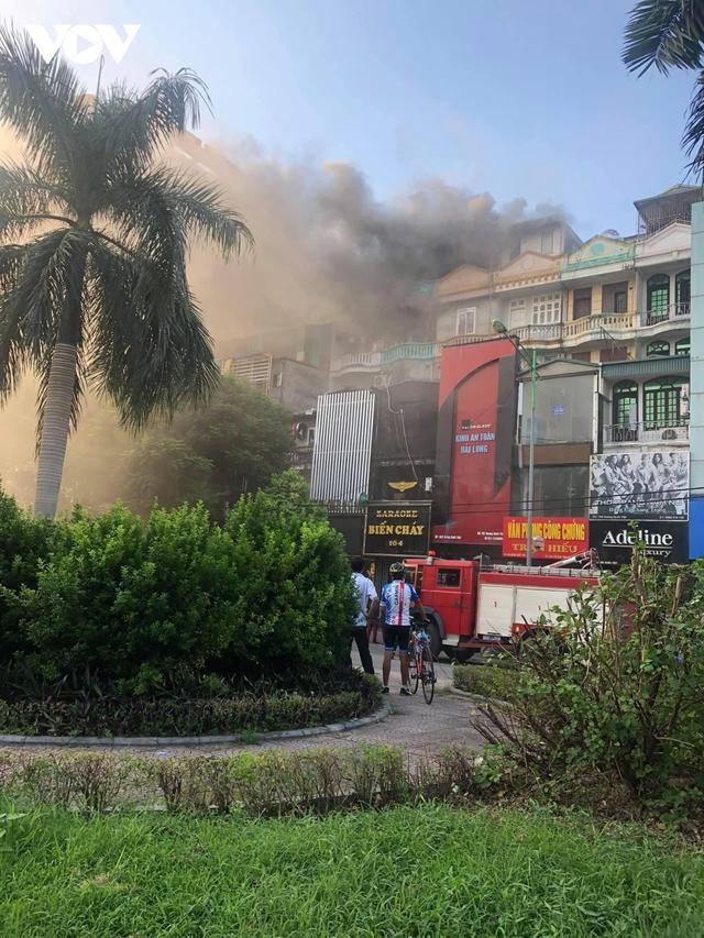 Cháy lớn tại quán karaoke trên đường Hoàng Quốc Việt, Hà Nội  - Ảnh 1.