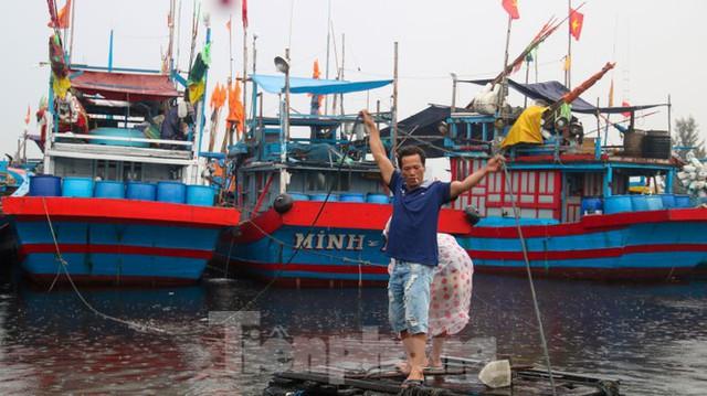 Người dân Đà Nẵng hối hả neo đậu, di dời tàu thuyền chống bão số 5 - Ảnh 14.