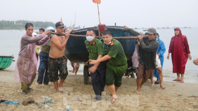 Người dân Đà Nẵng hối hả neo đậu, di dời tàu thuyền chống bão số 5 - Ảnh 3.
