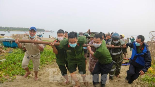 Người dân Đà Nẵng hối hả neo đậu, di dời tàu thuyền chống bão số 5 - Ảnh 4.